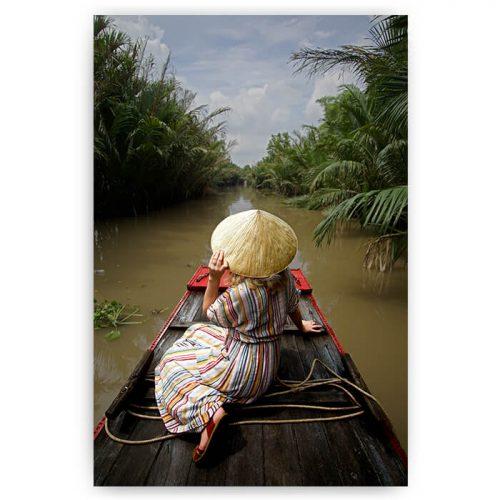 poster vrouw op boot in rivier